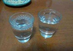 喝白酒时,旁边为啥要放杯水