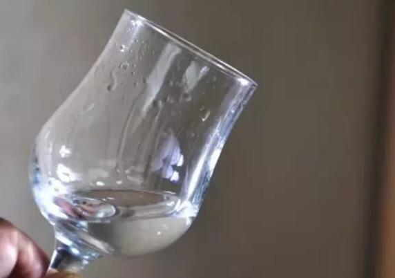 白酒挂杯,越明显越是好